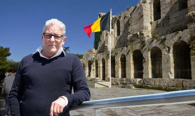 Jan Fabre a planté le drapeau belge à l'odéon d'Hérode Atticus. Photo Neos Kosmos.