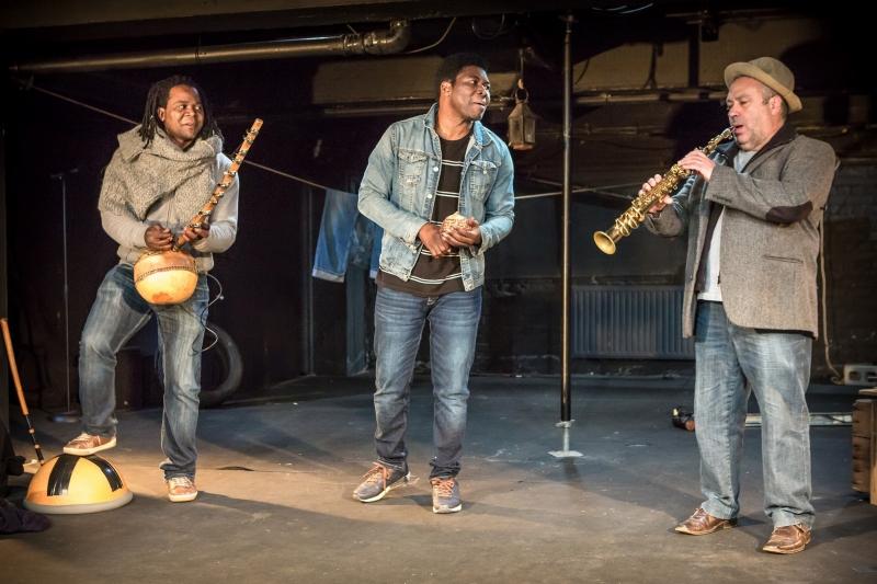 """Simon Winsé, Étienne Minoungou et Pierre Vaiana dans """"Si nous voulons vivre"""", d'après Sony Labou Tansi, mise en scène Patrick Janvier. Photo Gregory Navarra."""