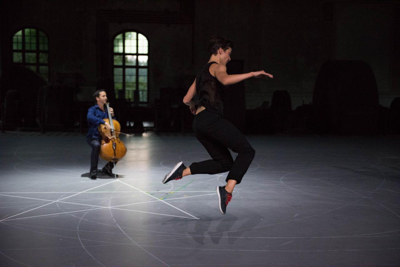 """""""Mitten wir im leben sind Bach6Cellosuiten"""". Photo  Anne Van Aerschot"""