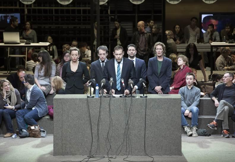 """Marieke Heebink, Eelco Smits, Hans Kesting, Roeland Fernhout, Chris Nietvelt dans """"Romeinse tragedies"""", d'après Shakespeare, mise en scène Ivo van Hove, 2008."""