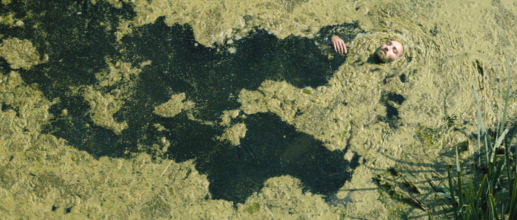 """Clément Losson (Stan). Photogramme extrait du film réalisé par Claude Schmitz et intégré à """"Darius, Stan et Gabriel contre le monde méchant"""". Image : Florian Berutti."""