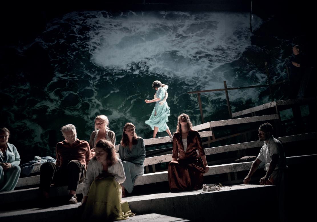 Cécile Pilorger (alto), Marnix De Cat (contreténor), Magdalena Podkościelna (soprano), devant : Sofia Gvirts (alto), Karolina Hartman (alto), Taka Shamoto (danseuse), Viola Blache (soprano), Gorges Ocloo et Josse De Pauw dans De Blinden (Les Aveugles)