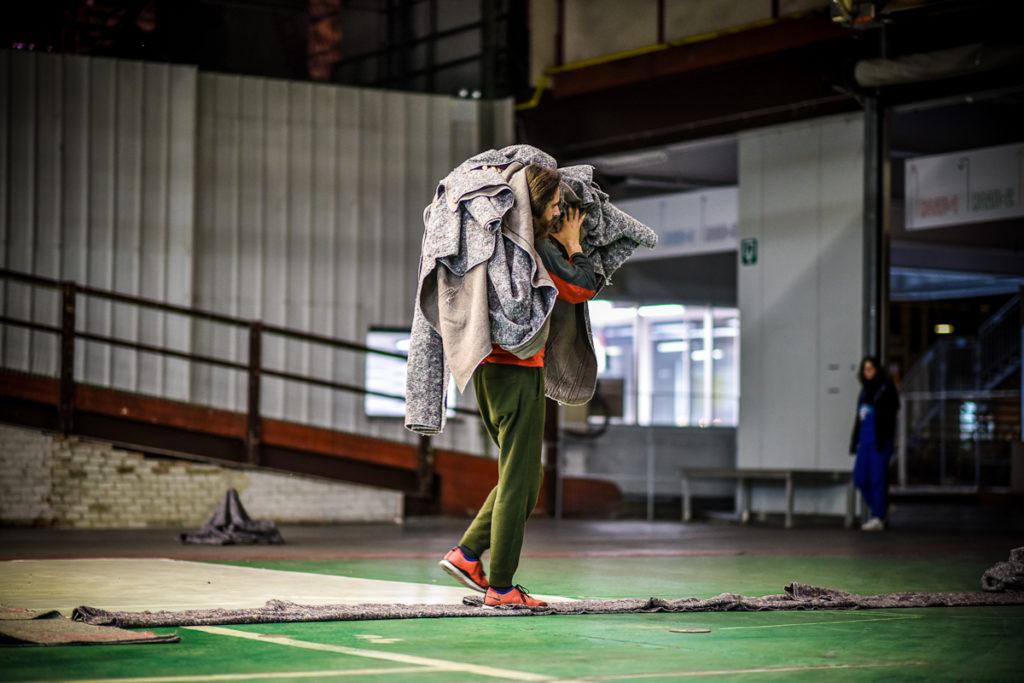 Bastien Mignot dans Boundary Games, mise en scène Léa Drouet, créé au festval Performatik, Kanal-Centre Pompidou (Bruxelles) en mars 2019. Photo Veerle Vercauteren