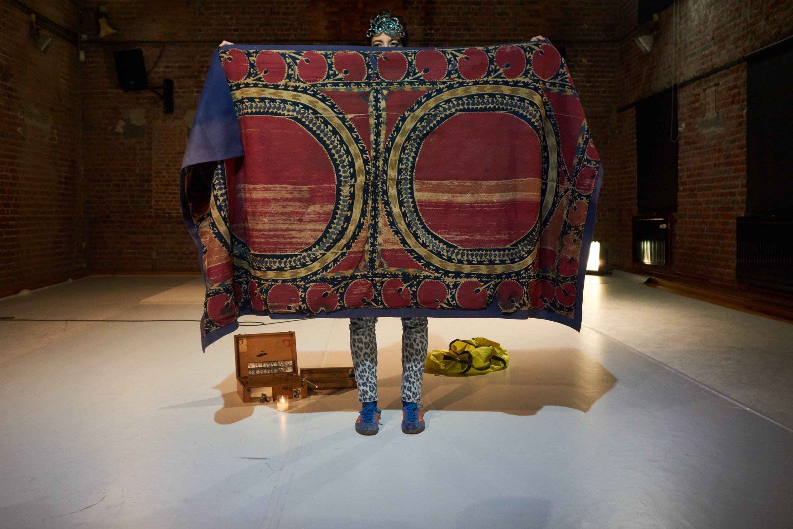 Lara Barsacq dans Lost in Ballets russes, mise en scène Lara Barsacq, création à Charleroi danse - La Raffinerie (Bruxelles), avril 2018. Photo Diego Andrès Moscoso