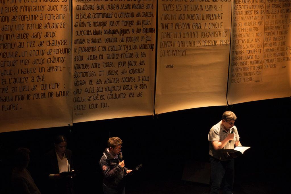 Le mur de textes, Le Grand Orchestre de la transition, textes écrits par des patients de l'espace des expressions Bachelard (Dijon). Théâtre de l'Atheneum, Dijon, 20 mars 2019. Photo Marion Boisard.