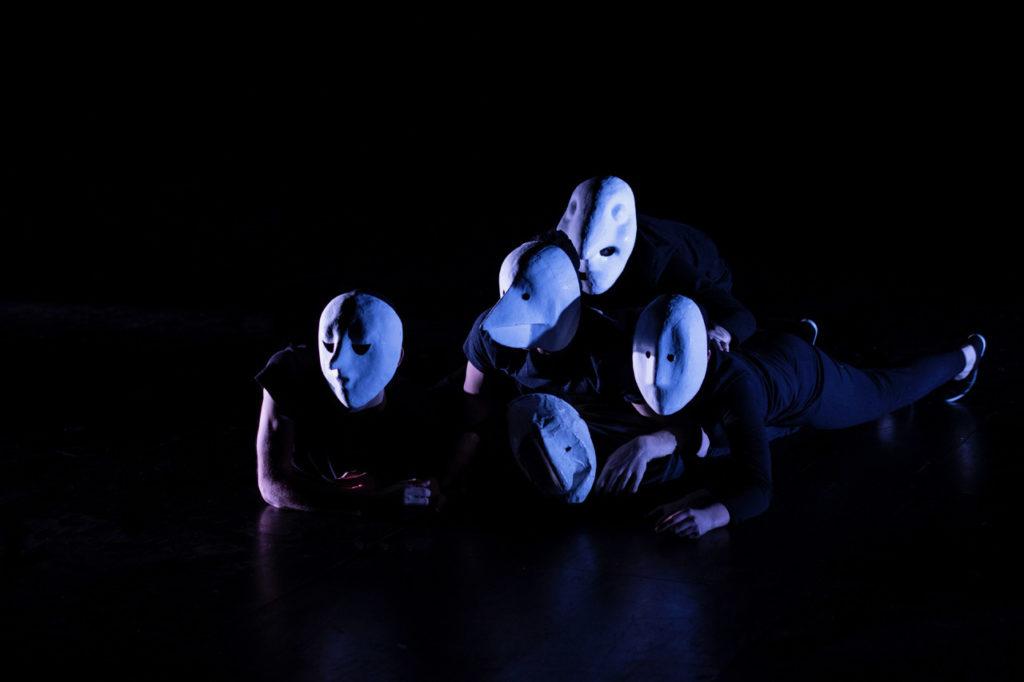 Les masques neutres, Le Grand Orchestre de la transition, texte écrit par les acteurs et mis en scène par Didier Doumergue, Théâtre de l'Atheneum, Dijon, 20 mars 2019. Photo Marion Boisard.