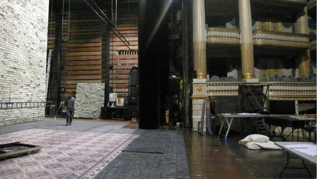 Montage du décor des Dialogues des carmélites de Poulenc, mise en scène Mireille Delunsch, scénographie Rudy Sabounghi, Opéra de Bordeaux, 2013. Photo Thibault Sinay