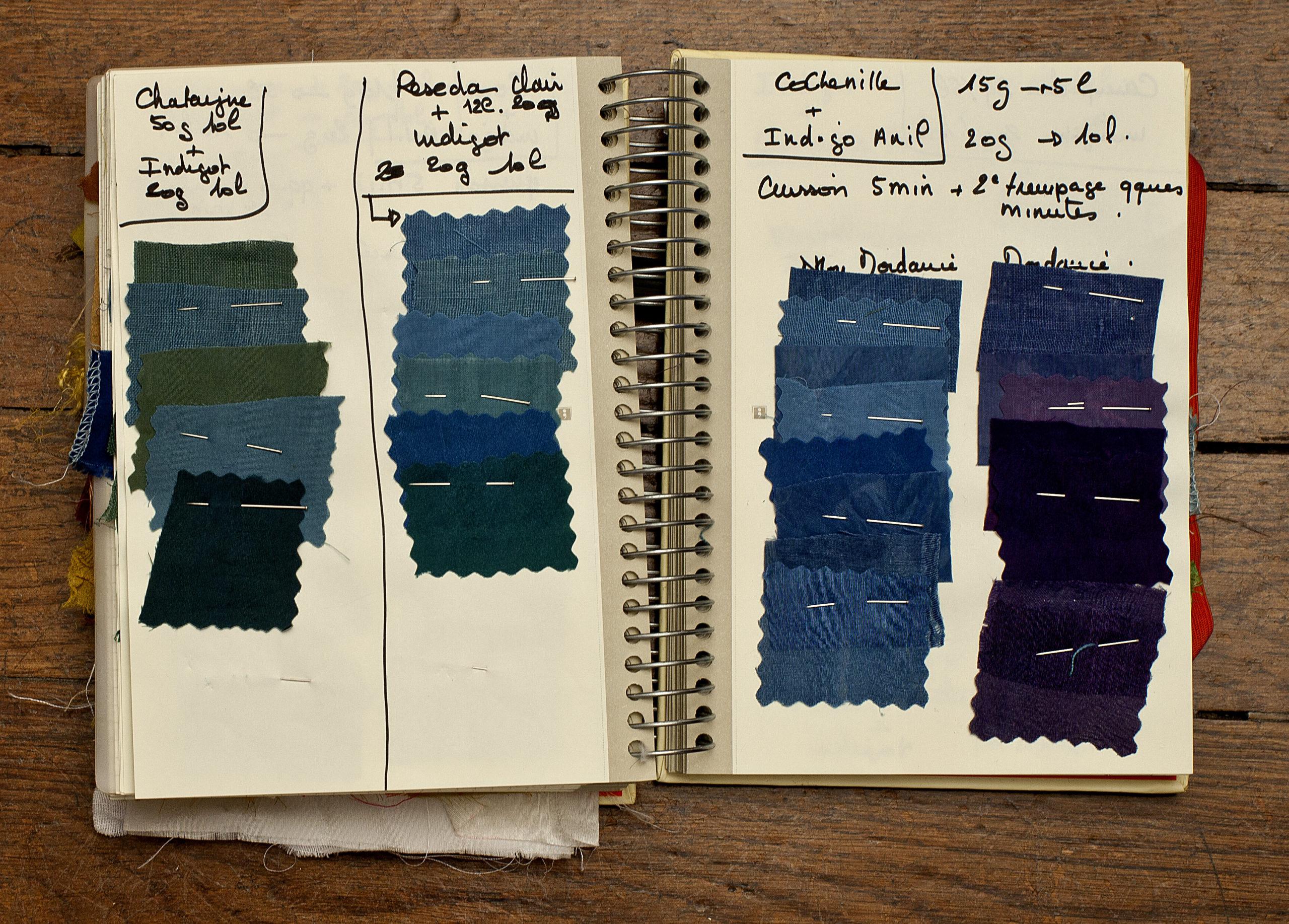 Recherches sur l'indigo et ses mélanges, cahier d'études chromatiques de Christelle Morin, Opéra Comique, 2014. Photographie Nicolas Hoffmann