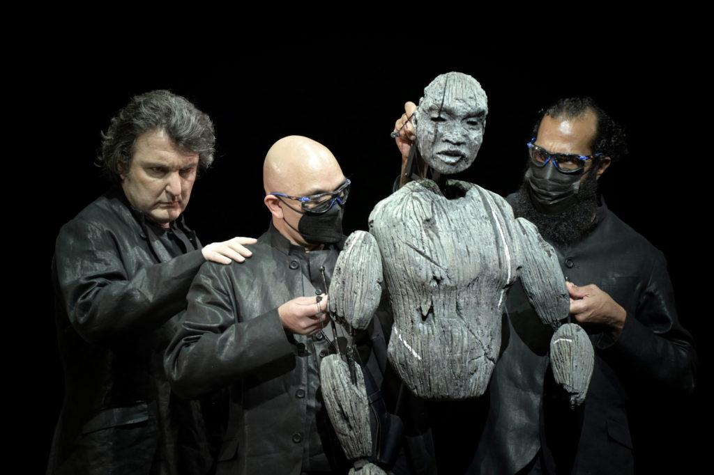 Le baryton Ludovic Tézier à gauche, les marionnettistes et la marionnette d'Amonasro, Aida de Giuseppe Verdi, mise en scène Lotte de Beer, Opéra de Paris, 2021. Photo Vincent Pontet.