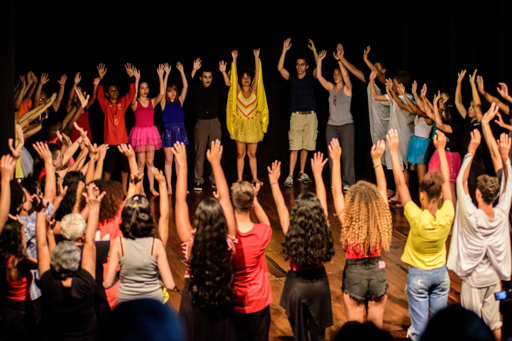 Séance d'atelier dans le cadre du programme Teatro em Comunidades, Salle Paschoal Carlos Magno (Palcão/UNIRIO), Rio de Janeiro, 2019. Photo : Joselia Frasão.